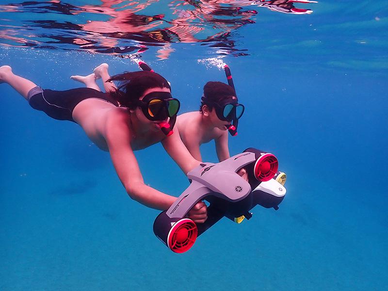 Jeunes duo scooter sous marin Yamaha Seawing II